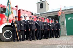 Strażacy z Rozmierki przed remizą z 1978 roku
