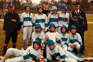 Zwycięska drużyna żeńska OSP Rozmierka za zdobycie I miejsca w zawodach powiatowych w Strzelcach Opolskich w 2003 r.