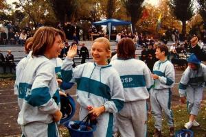 Radość drużyny żeńskiej OSP Rozmierka za zdobycie I miejsca w zawodach powiatowych w Strzelcach Opolskich w 2003 r.