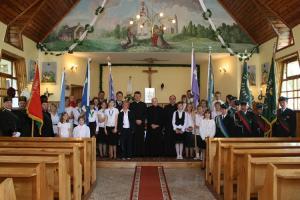 Kapłani: od lewej - Józef Szklorz, Józef Cichoń i Andrzej Kowolik, ministranci, Marianki, górnicy, strażacy, kościelny i dzwnonik oraz sołtys Jędryń - Zofia Habasz. Odpust w Jędryniach w 2009 roku.