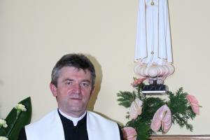 Ks. Józef Szklorz przed Matką Boską Fatimską, po koronacji. Rok 2009.
