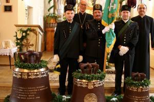 Górnicy z ks. bp Alfosem Nossolem i ks. Andrzejem Kowolikiem podczas poświęcenia dzwonów w kościele w Rozmierzy w 2008 r.
