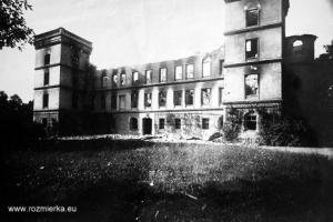 Zniszczony pałac w Izbicku przez powstańców w 1921 r.