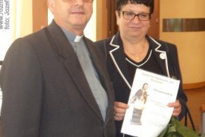 Prezes Zarządu Fundacji Górażdże Cement S.A. Urszula Proszowska i ks. Andrzej Kowolik
