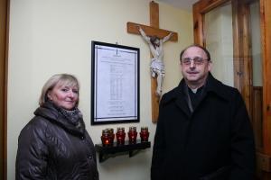 Sołtys Zofia Habasz i ks. Andrzej Kowolik przy tablicy poległych, zaginionych i zmarłych. Listopad 2009 rok.