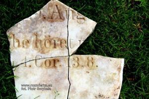 Inny kawałek nagrobka z parku w Kalinowicach