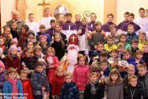 Jan Orzeł (1948-2020) wśród dzieci w kościele w Rozmierce