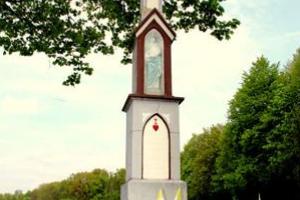 Udekorowany krzyż kamienny  na Podborzanach w dniu kanonizacji