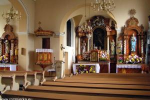Kościół w Rozmierzy. Nawa główna z prezbiterium, ołtarzami bocznymi i amboną.