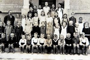Nauczyciel Reinhard Grimm z uczniami w Rozmierce - rok 1932