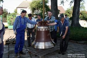 Montaż nowych dzwonów w Rozmierzy w 2008 r.
