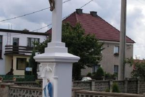 Krzyż przy skrzyżowaniu ulic Strzeleckiej i Polnej. Rok 2007