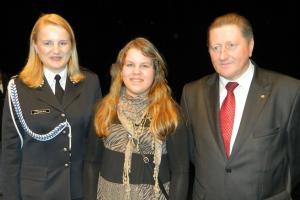 Ewa Glik (w środku) z Druhną Teresą Tiszbierek i z przedstawicielem sponsorów